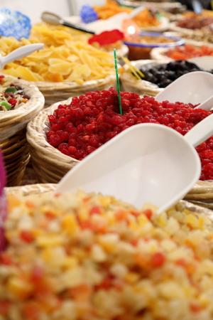 Körbe mit Gewürzen und getrockneten Obstmarkt Lizenzfreie Bilder