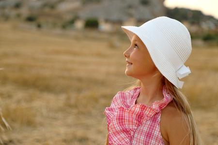 visage profil: Portrait d'une petite fille dans un champ de foin # 2