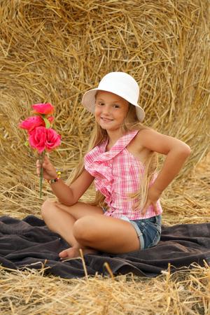 Kleines Mädchen auf einem Heufeld sitzen # 4 Lizenzfreie Bilder