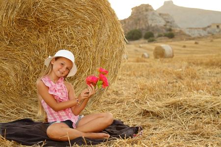 Kleines Mädchen auf einem Heufeld sitzen # 2 Lizenzfreie Bilder