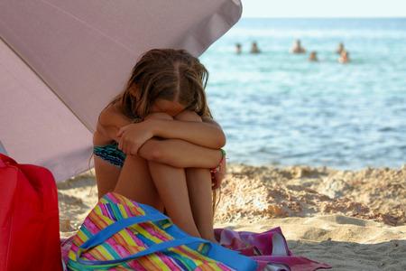 Kleines Mädchen am Strand enttäuscht und wütend