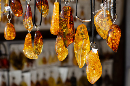 Amber necklace. Amber of different colors and sizes. Exposition of stones for tourists, souvenirs Imagens - 111208321