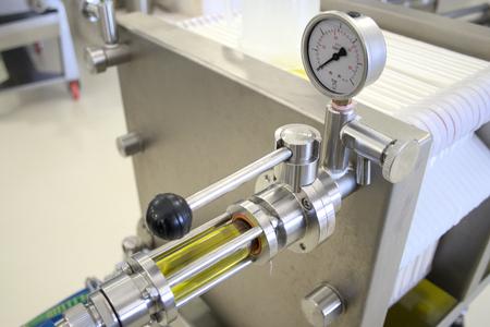 Ökologische Produktion von nativem Olivenöl extra mit moderner Technologie, Extraktion und Filterung