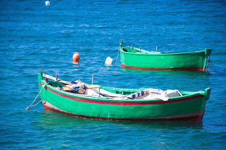 Beau couple de vieux bateaux de pêche sur l'eau