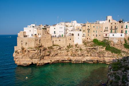 Paysage urbain panoramique de Polignano a Mare sur les rochers, région des Pouilles, Italie, Europe. Fond de concept de voyage avec la mer bleue