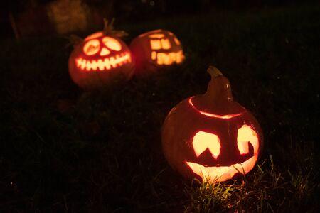 Calabazas de Halloween espeluznantes, Jack O Lantern, con velas encendidas