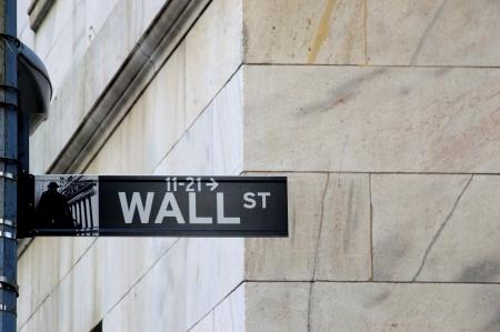 new york stock exchange: Wall Street � una importante arteria di New York Situato a Manhattan, a casa per la prima sede permanente della Borsa di New York al New York Stock Exchange o NYSE