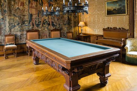 Salle de billard dans le château Banque d'images - 33914150