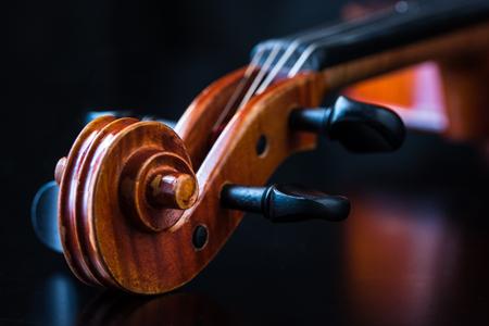 黒い背景にヴァイオリン スクロール