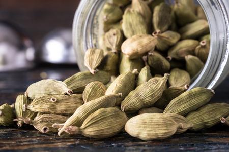 カルダモンの種子は、スパイスの瓶からこぼれた