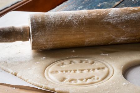 """koekjesdeeg gestempeld met """"met liefde gemaakt"""" en deegrol"""