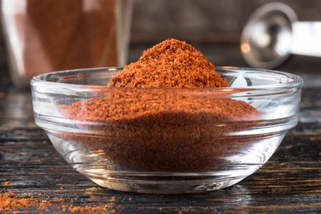 Ground cayenne in an ingredient bowl Imagens - 71333274