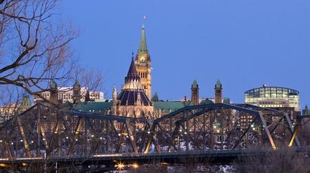 El Parlamento canadiense visto detrás del puente Alexandra provincial en Ottawa, durante la hora del crepúsculo. Foto de archivo - 13022214