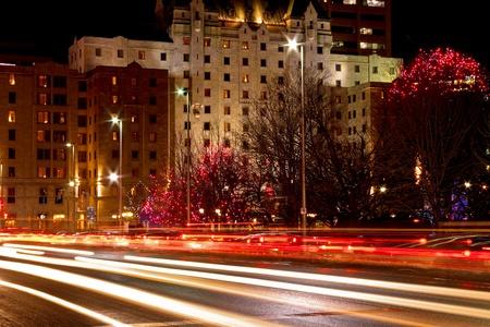 Een nacht schot van de auto licht paden op de straat