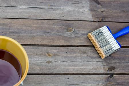 넓은 브러시가있는 오 일링 테라스 레일 - 보호용 기름을 칠한 목재 파티오 데크 스톡 콘텐츠