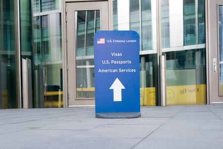 Hinweisschild für Besucher der konsularischen Dienste in der neu eröffneten US-Botschaft in Nine Elms, London