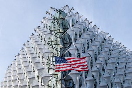 LONDON, Großbritannien - 2. März 2019: Die neu eröffnete US-Botschaft in Nine Elms, London.
