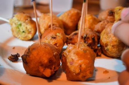 bign�: Frittelle conch Fried - carne conchiglia malconcio e fritte in morso dimensioni sfere possono rappresentare cibi fritti o finger food in generale Archivio Fotografico