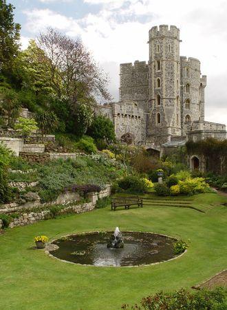castillo medieval: Jard�n en el castillo de Windsor, UK. Torre de Edward  Foto de archivo