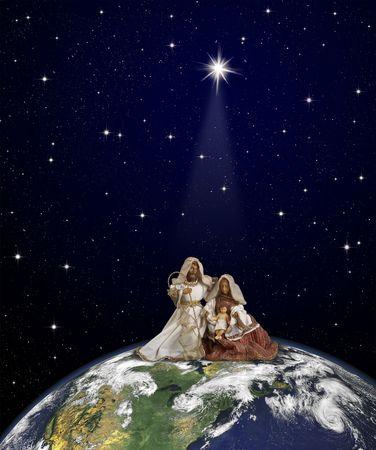 courtoisie: Cr�che avec assis de J�sus et de Marie-Joseph en haut du globe sur fond de thespace sous la poutre �toile de No�l. Carte du monde gracieuset� de la NASA.