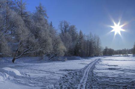 frozen lake: Snow ski weg op een bevroren lake en Sun achtergrond belichting. Ten noorden van Rusland