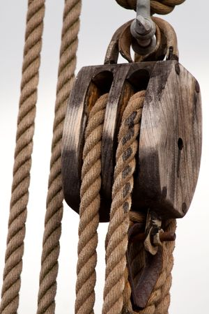 Ropes on an old sailboat. Standard-Bild