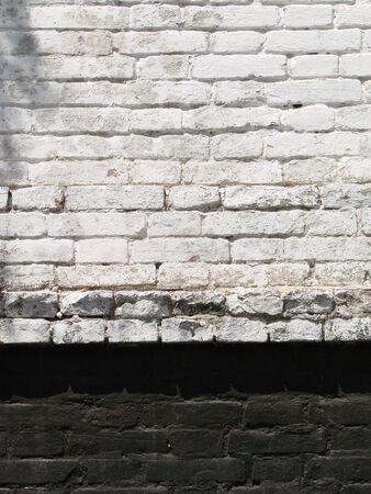 La trama del mattone con crepe e graffi come sfondo