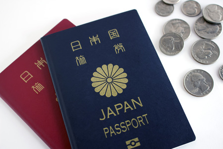 日本のパスポートと四半期、ダイム、ニッケル 写真素材