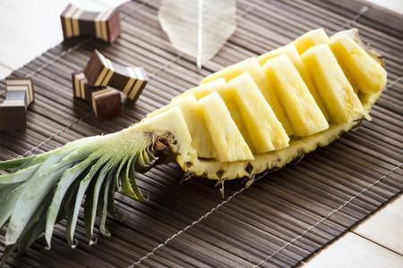 スライスか?竹ランチョン マット上に肉パイナップル
