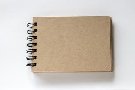 흰 종이에 갈색 나선형 바인딩 스케치북