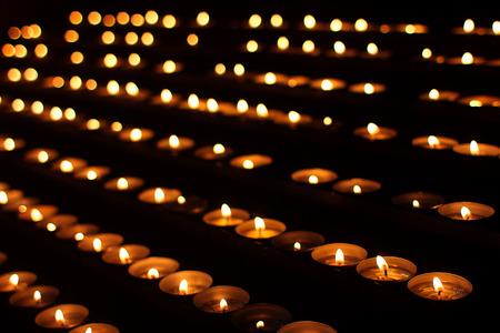 Kerzen in der Dunkelheit Standard-Bild