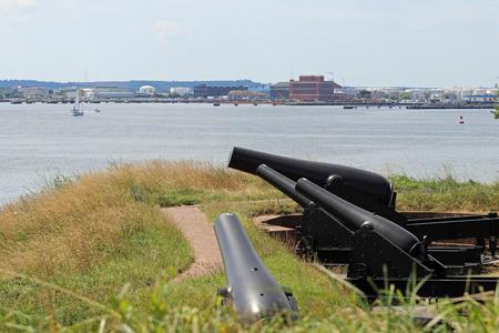 Kanonnen bij Fort McHenry gericht naar de rivier. Stockfoto