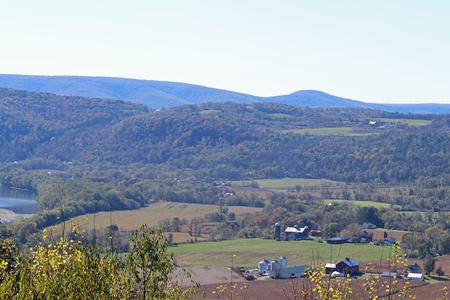 계곡과 끝없는 산의 언덕에있는 오래된 농장과 건물. 스톡 콘텐츠