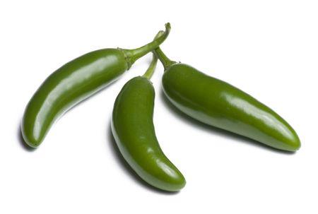 Drie Serrano pepers geïsoleerd op witte achtergrond