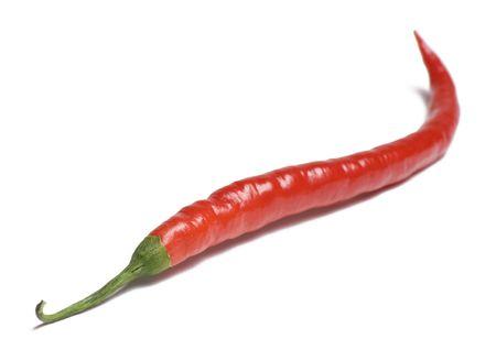 Enkele rode chili peper op witte achtergrond