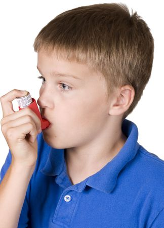 asthme: Asthme inhalateur utilis� par gar�on en chemise bleue