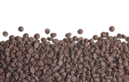 Chocolade chips grens op een witte achtergrond