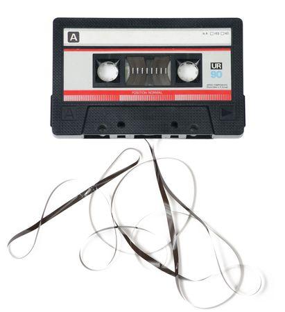 古典的なレトロのオーディオ カセット テープで白い背景の上に出てくる