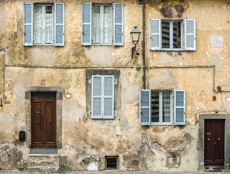 トスカーナ州、イタリアの家の古いファサード 写真素材
