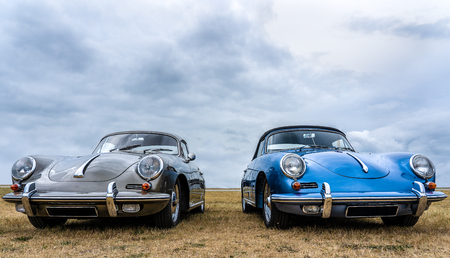 BOSSCHENHOOFD / NETHERLANDS - JUNE 17, 2018: two Porsche carrera 911 targa on display at an old timer and classic car meeting 版權商用圖片 - 114644108