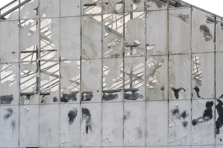 Greenhouses with broken glass in a meadow. Due to the broken glass the construction is clearly visible. In the past, plants and fruit were grown in the greenhouses Stockfoto