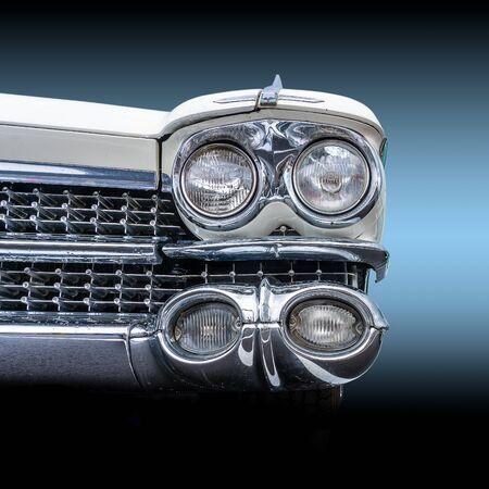 Vooraanzicht van een klassieke Amerikaanse retro auto. Duidelijk zichtbaar is het glanzende chroom en de grote koplampen, een indrukwekkend gezicht deze muscle car