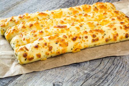 queso: Tres palitos de pan de ajo queso.