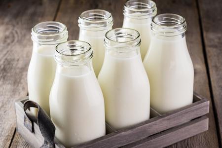 木製ボックスに牛乳の瓶のクローズ アップ。