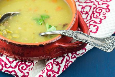 훈제 베이컨 뜨거운 분할 완두콩 수프와 그릇의 닫습니다.