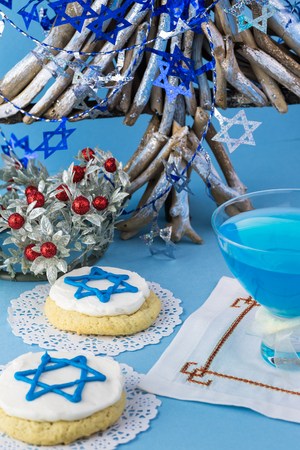 stelle blu: Close up of cookies decorated with blue stars -  Hanukkah symbol and glass with blue cocktail.