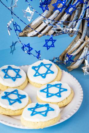 stelle blu: Close up of cookies decorated with blue stars -  Hanukkah symbol and stylish Hanukkah tree.