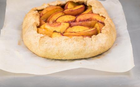 ベーキング トレイ上焼きスパイス桃ガレットのクローズ アップ。 写真素材