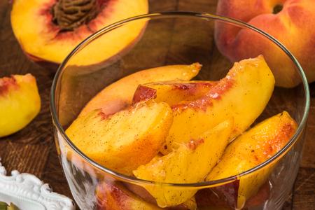 スパイスの桃パイ充填とガラスのボウルのクローズ アップ。