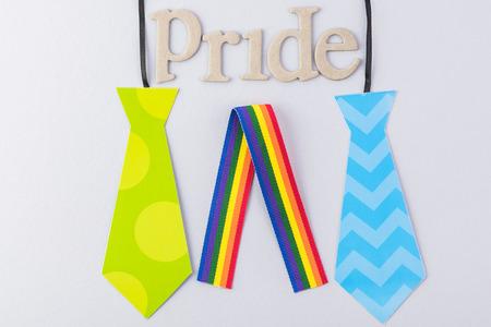Homohuwelijk. Symbool man banden en regenboog lint.